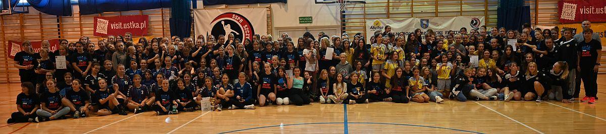 uczestnicy turnieju piłki ręcznej, sala gimnastyczna