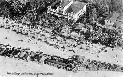 Lata 30. XX wieku. Kąpielisko w Ustce z lotu ptaka.